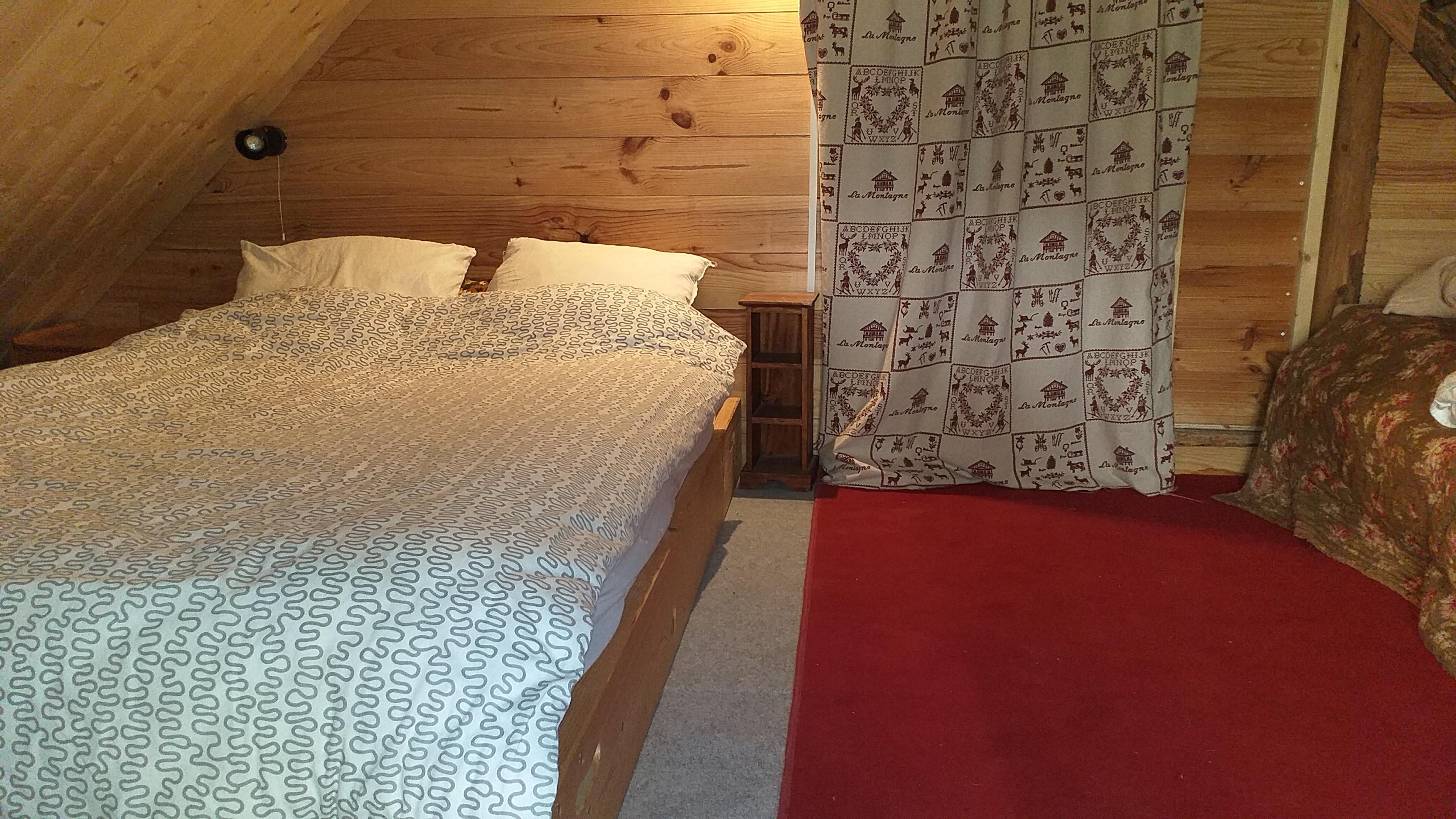 Un grand lit et un petit lit en soupente